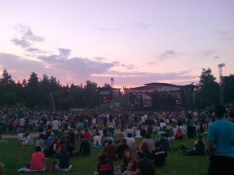 Ο ήλιος δύει, η Kovacs βρίσκεται στη σκηνή και το κοινό αναμένει την εμφάνιση του Robbie Williams