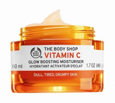The Body Shop Vitamin C Glow Boosting Moisturiser Η Βιταμίνη C διατηρεί ελαστική και ενυδατιωμένη την επιδερμίδα, δίνοντας της λαμπερή όψη. Επίσης είναι ένα ισχυρό αντιοξειδωτικό που καταπολεμά τις ελεύθερες ρίζες