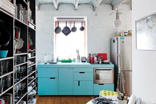 Χρωματιστά ντουλάπια στην κουζίνα