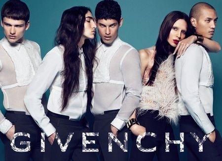 H Lea T (δεξιά) ποζάρει για τον οίκο Givenchy