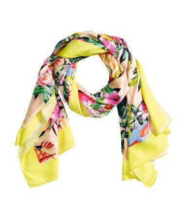Floral εσάρπα που μπορεί να φορεθεί και ως sarong H&M