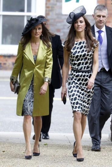 H Pippa Middleton δεν έχει επίσημο αγαπημένο γι'αυτό και συνόδευσε μόνη της την αδερφή της και τον πρίγκιπα William σε γάμο κοινών φίλων