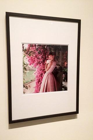 """Φορώντας φόρεμα Givenchy, η Hepburn φωτογραφίζεται το 1955 στη Ρώμη, στη διάρκεια των γυρισμάτων του """"Πόλεμος & Ειρήνη"""""""