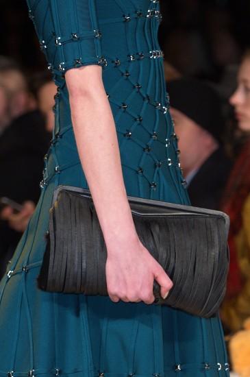 21f3a64235 Αν δεν κρατήσεις κι αυτό το χειμώνα τσάντα με κρόσσια πότε θα το ...