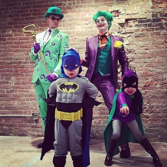 Ο Neil Patrick Harris και η οικογένεια του σαν Joker, Riddler, Batman και Batgirl