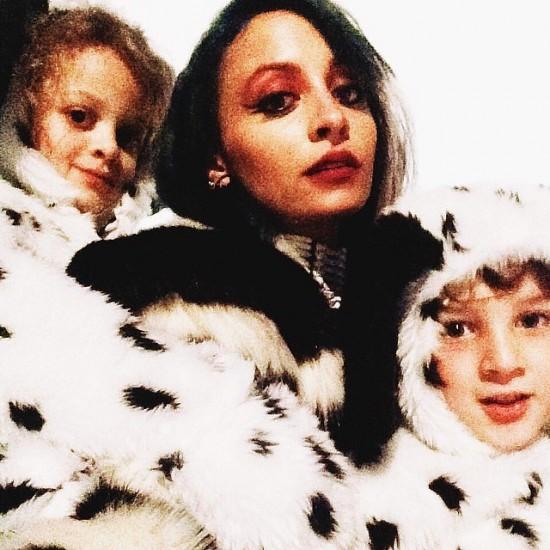 Η Κρουέλα, Nichole Richie και τα παιδιά της, 2 σκυλάκια Δαλματίας