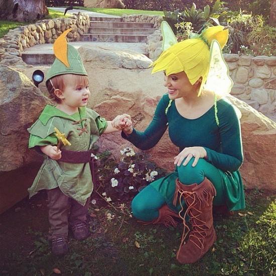 Η Alyssa Milano και ο γιος της Milo ντυμένοι Tinkerbell και Peter Pan αντίστοιχα