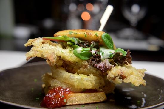 Sandwich καβουριού με onion rings και μαρμελάδα τομάτας τσίλι
