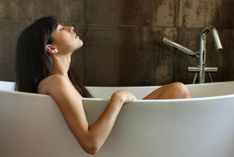woman-in-bathtub