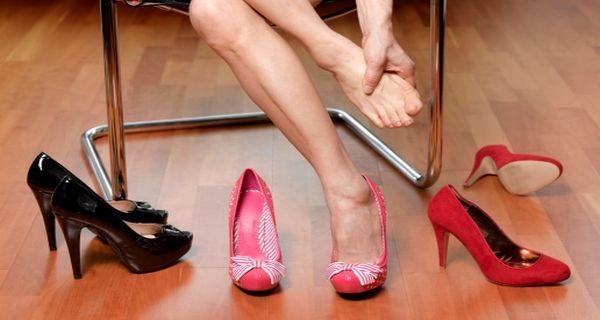Εικόνα 1 Ο πόνος στα πόδια από  πολύ στενά παπούτσια δημιουργεί πολλά  προβλήματα