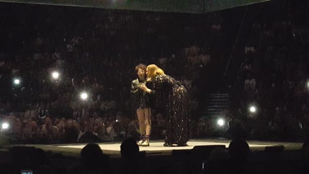 Adele-gets-girl-to-sing-with-her-on-stage