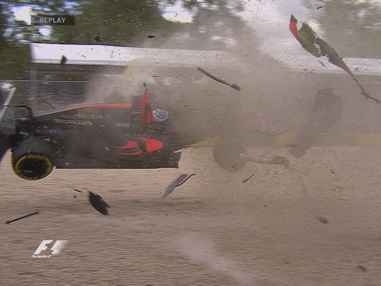fernando-alonso-mclaren-crash_3434499