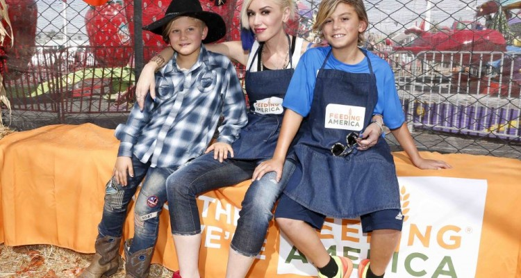 CULVER CITY, CA - OCTOBER 24:  Zuma Rossdale, singer Gwen Stefani and Kingston Rossdale volunteer at the Feeding America Holiday Harvest event at Shawn's Pumpkin Patch in partnership with the LA Regional Food Bank, supported by Bank of America Charitable Foundation on October 24, 2015 in Culver City, California.  (Photo by Rich Polk/Getty Images for Feeding America)