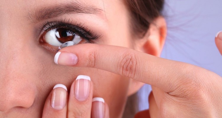 woman-putting-in-contact-lens