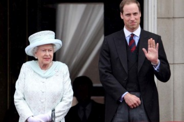 LONDON, ENGLAND - JUNE 05:  Queen Elizabeth II and Prince William, Duke of Cambridge on the balcony of Buckingham Palace after the service of thanksgiving at St.Paul's Cathedral  on June 5, 2012 in London, England. For only the second time in its history the UK celebrates the Diamond Jubilee of a monarch. Her Majesty Queen Elizabeth II celebrates the 60th anniversary of her ascension to the throne. Thousands of wellwishers from around the world have flocked to London to witness the spectacle of the weekend's celebrations.  (Photo by Oli Scarff/Getty Images) ORG XMIT: 145587334