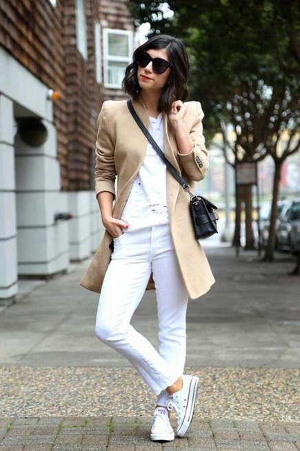 looks με λευκά sneakers