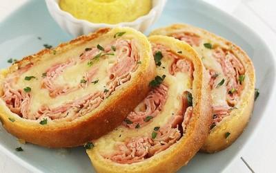 Γεμιστό ψωμί με τυρί και γαλοπούλα