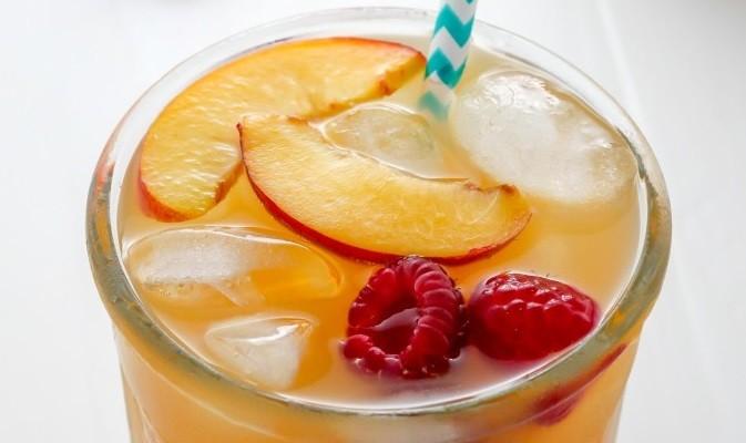 Παγωμένο τσάι με λεμόνι ροδάκινο και βατόμουρα