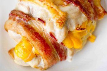 Κοτόπουλο τυλιγμένο με μπέικον και τσένταρ