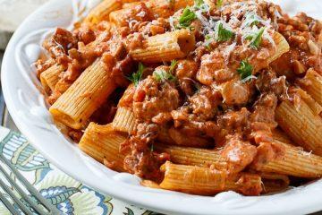 Ιταλικά Ριγκατόνι με πικάντικη σάλτσα λουκάνικου