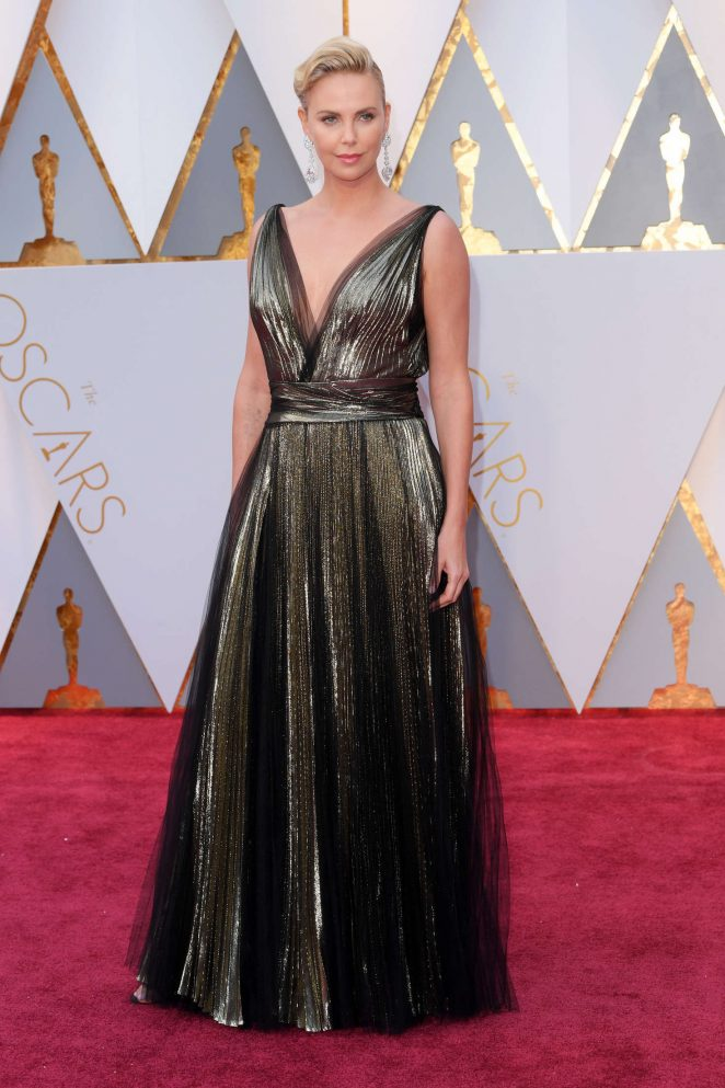 Charlize-Theron--2017-Academy-Awards--04-662x993