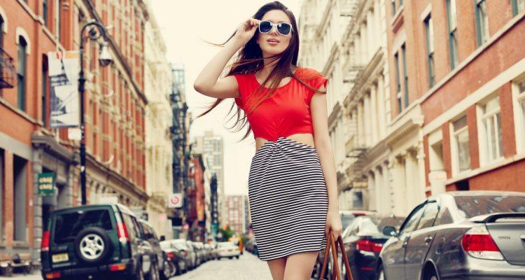 Girls_Beautiful_girl_walking_down_the_street_098073_