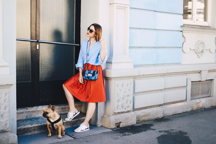 Roter-Plissee-Rock-Oversize-Bluse-Isabel-Marant-Gilly-Sneakers-streetstyle-ootd-fashionblog-modeblog-whoismocca-3
