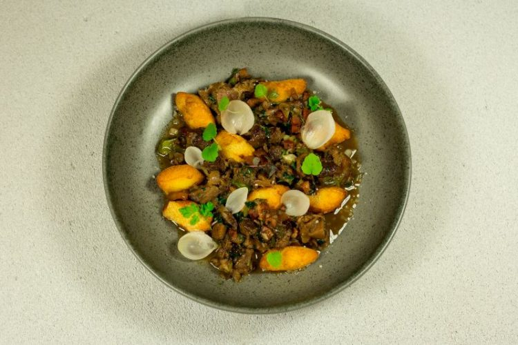 Μοσχαρίσια ουρά bourguignon με τηγανητά νιόκι