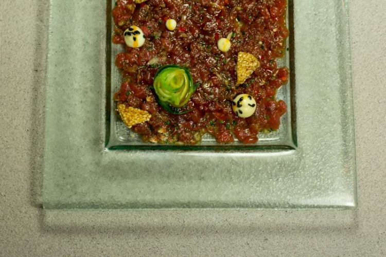 Μοσχαρίσιο tartare με σόγια, αγγούρι, παστέλι και μαγιονέζα wassabi