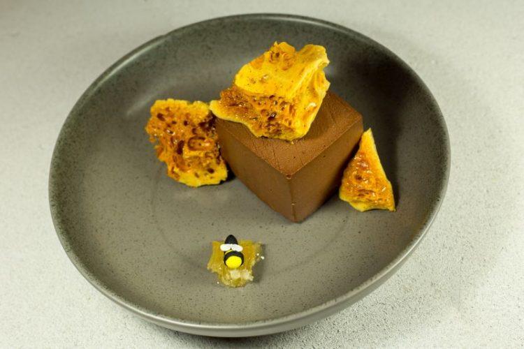 Μους σοκολάτα με μέλι, αλμυρή καραμέλα και honeycomb
