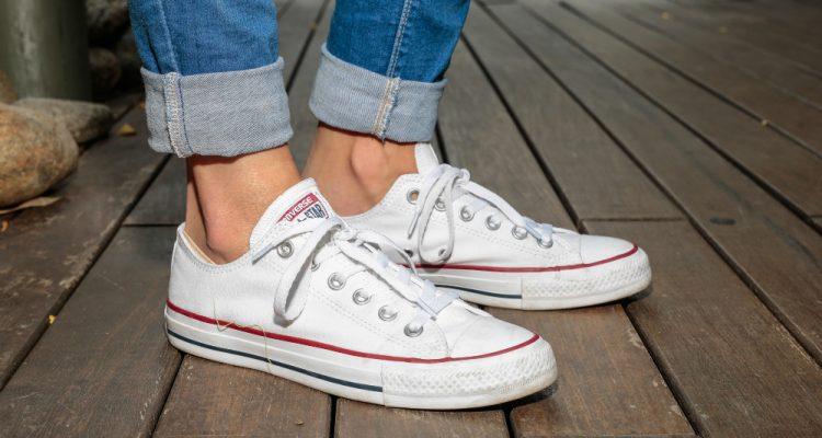 526a8633ec9 Τα πιο stylish λευκά sneakers, που θα φορέσουμε την άνοιξη | Thats ...
