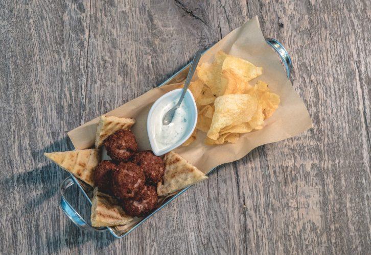 Μοσχαρίσια Κεφτεδάκια με πιτάκια, χειροποίητα chips πατάτας και δροσερό ντιπ γιαουρτιού