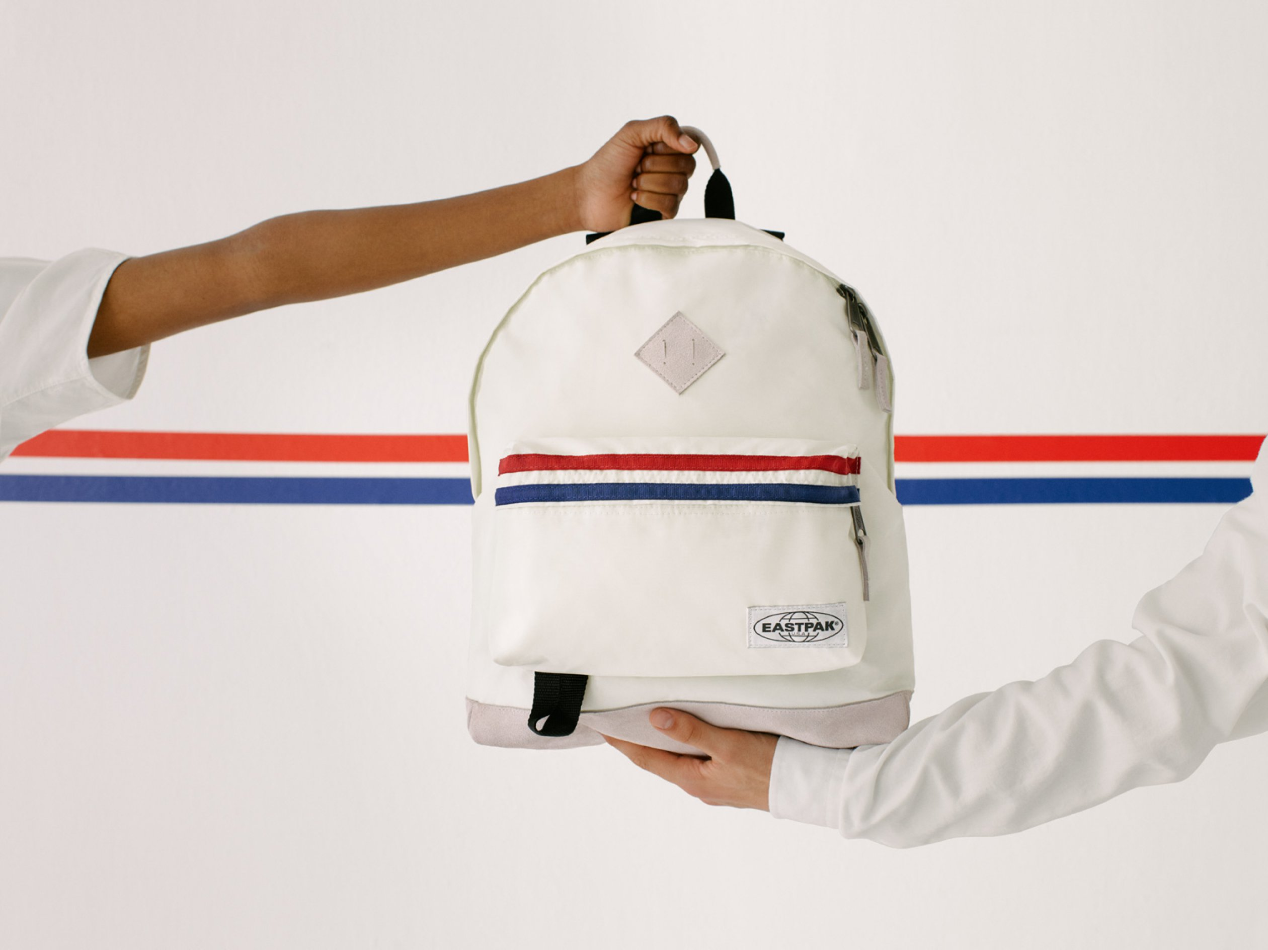 Eastpak_LS_SS19_IntoTheOut_Wyoming_IntoRetroWhite_EK81113W_003_CMYK_UC102053_mLow